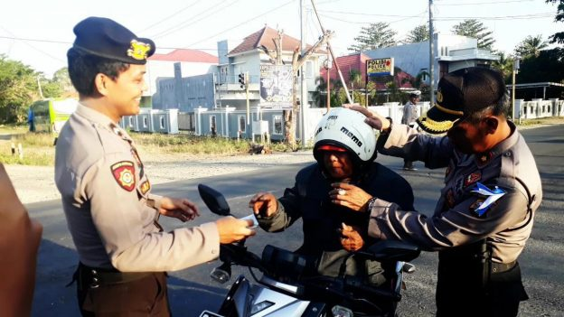 Aksi Konyol Pengendara Motor Menggunakan Helm Terbalik Dapat
